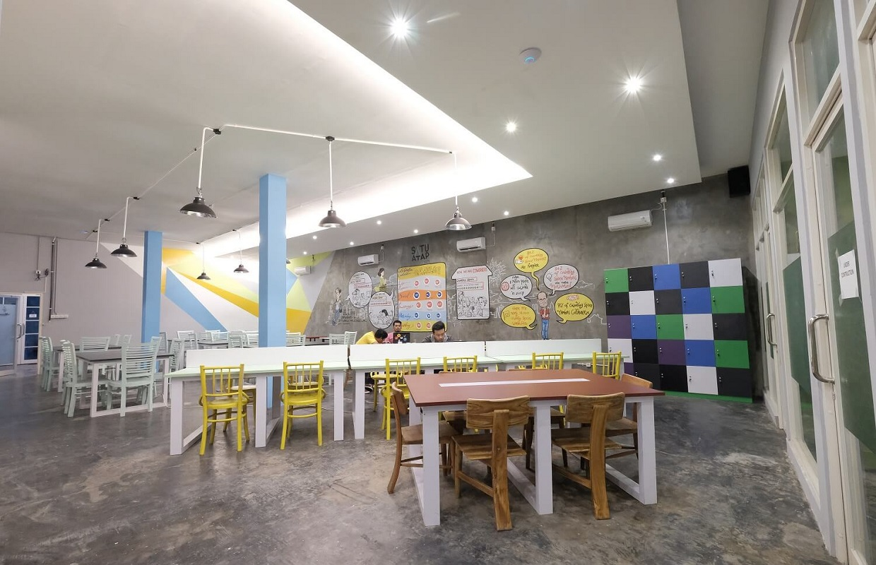 hall-tengah-sewa-meeting-room-satu-atap-coworking-space-and-food-station-surabaya